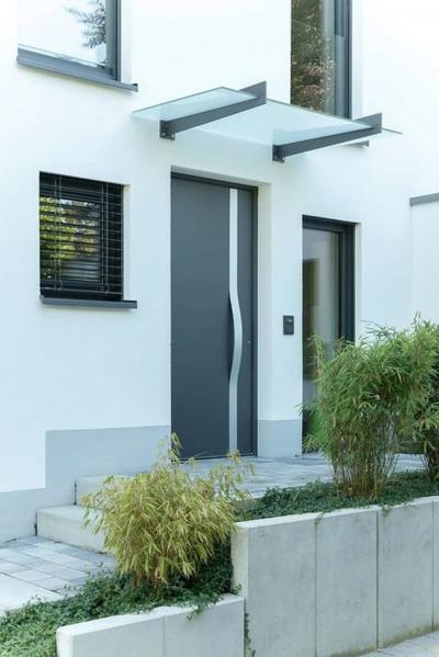 Design bejárati ajtó és prémium minőségű ablakok - bejárat ötlet, modern stílusban