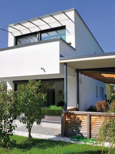 Nagyméretű ablakok és emelő-toló teraszajtó - homlokzat ötlet, modern stílusban