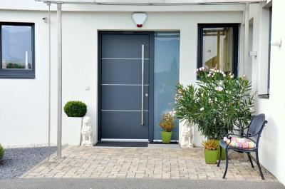 Látványos bejárati ajtó és ablak - homlokzat ötlet, modern stílusban