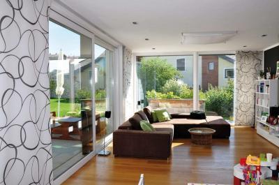 Emelő-toló teraszajtó a nappaliban - nappali ötlet, modern stílusban