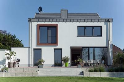 Változatos ablakok és emelő-toló teraszajtó a homlokzaton - homlokzat ötlet, modern stílusban