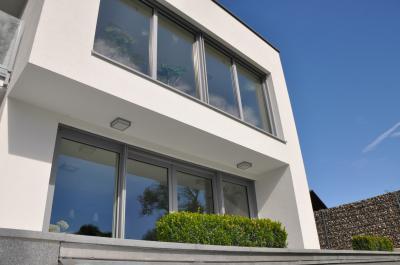 Emelő-toló teraszajtó és ablakok azonos megjelenésben - homlokzat ötlet, modern stílusban