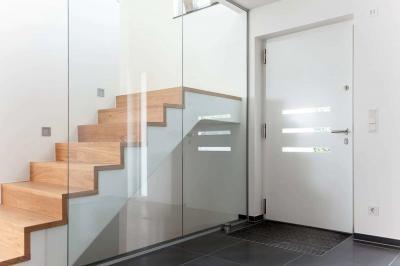 Fehér bejárati ajtó - előszoba ötlet, modern stílusban