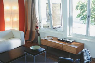 Bukó-nyíló ablakok - nappali ötlet, modern stílusban