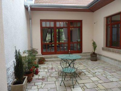 Hangulatos belső udvar, rusztikus öntött kövek - erkély / terasz ötlet