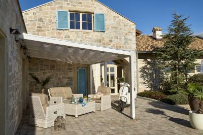 Fonott kerti bútor fehérben - erkély / terasz ötlet