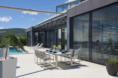 Kerti étkezőasztal székekkel - erkély / terasz ötlet, modern stílusban