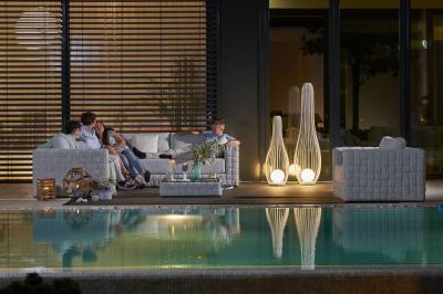 Nappali a teraszon esti fényekben - erkély / terasz ötlet, modern stílusban