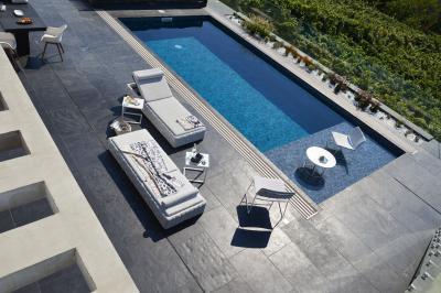 Fehér napozóágy - erkély / terasz ötlet, modern stílusban