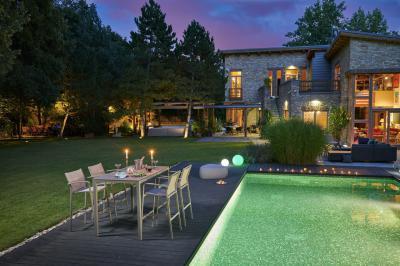 Könnyed megjelenésű kerti étkezőasztal - erkély / terasz ötlet, modern stílusban