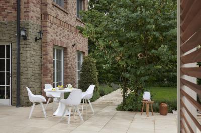 Fehér kerti asztal székekkel - erkély / terasz ötlet, modern stílusban