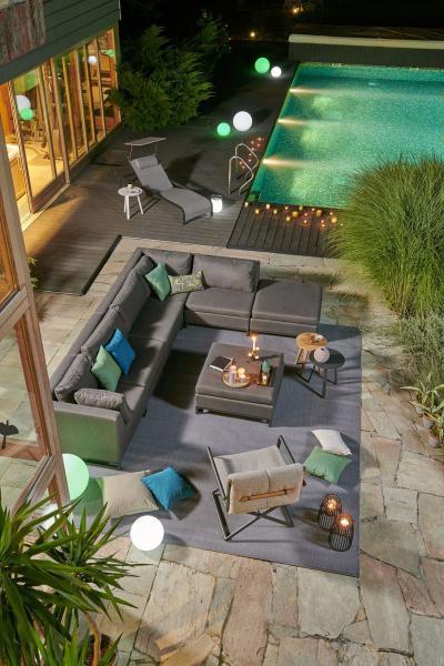 Kerti kanapé az esti teraszon - erkély / terasz ötlet, modern stílusban