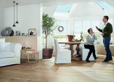 Motoros tetőablak - nappali ötlet, modern stílusban
