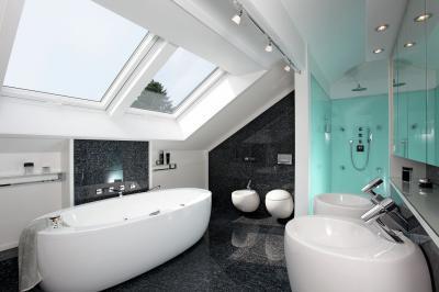 Felnyíló tetőtéri ablak a fürdőben - fürdő / WC ötlet, modern stílusban