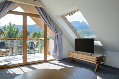 Tetőtéri ablak és teraszajtó a tetőtéri nappaliban - nappali ötlet, modern stílusban