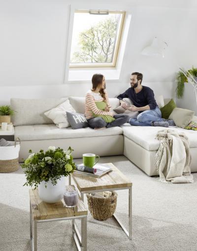 Billenő tetőtéri ablak a nappaliban - nappali ötlet, modern stílusban