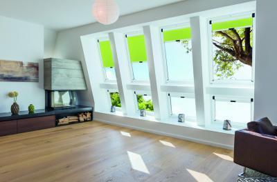 Látványos tetőtéri ablakok - nappali ötlet, modern stílusban
