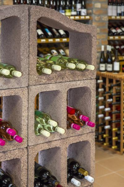 Épített bortároló - konyha / étkező ötlet, rusztikus stílusban