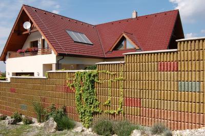 Zajárnyékoló fal - kerítés ötlet, modern stílusban