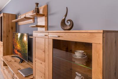 Tömörfa üveges szekrény - nappali ötlet, modern stílusban