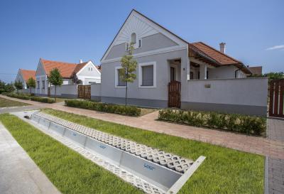 Gyeprács a ház előtt - kert / udvar ötlet, modern stílusban