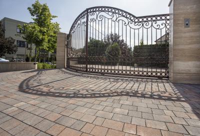 Castrum natúr térkő - kerítés ötlet, klasszikus stílusban
