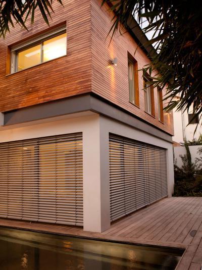 Modern lakóház fa homlokzatburkolattal - homlokzat ötlet, modern stílusban