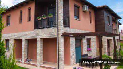 Aluredőny mediterrán stílusú lakóházon - homlokzat ötlet
