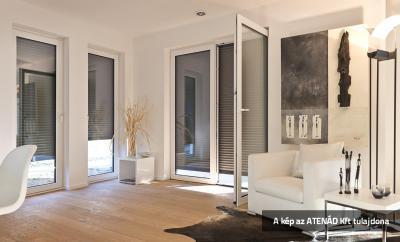 Aluredőnyök a nappali nyílászáróin - nappali ötlet, modern stílusban