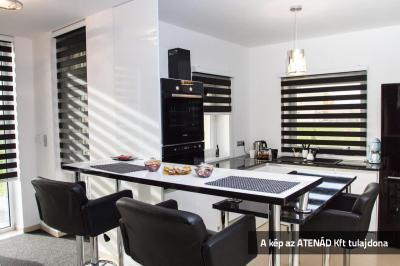 Sávroló a monokróm konyhában - konyha / étkező ötlet, modern stílusban