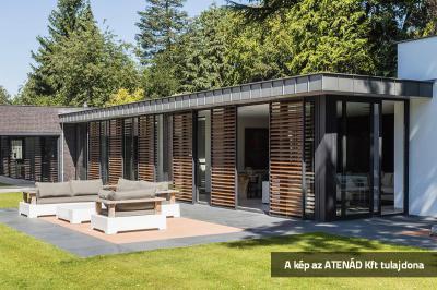 Alu-tolózsalugáter a teraszajtón - erkély / terasz ötlet, modern stílusban
