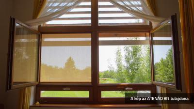 Kültéri textilárnyékoló az ablakon - nappali ötlet, modern stílusban