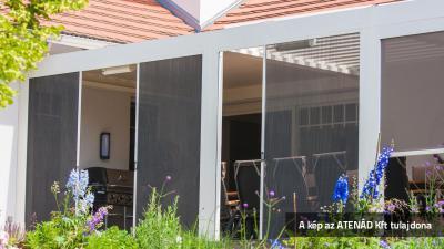 Pliszé szúnyogháló a teraszon - erkély / terasz ötlet, modern stílusban