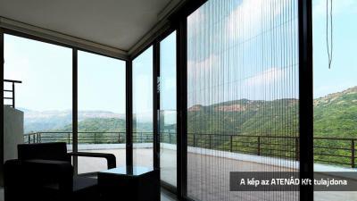 Pliszé szúnyogháló a teraszajtón - nappali ötlet
