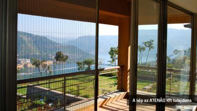 Pliszé szúnyogháló az erkélyajtón - erkély / terasz ötlet, modern stílusban
