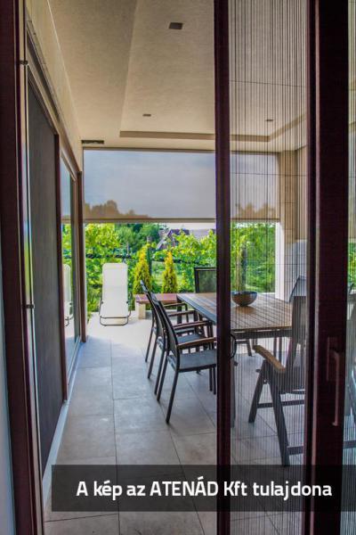Pliszé szúnyogháló a teraszajtón - erkély / terasz ötlet, modern stílusban