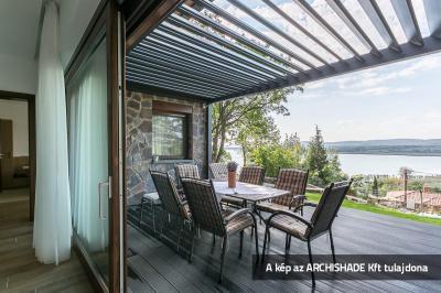 Lamellás kerti teraszárnyékoló - erkély / terasz ötlet, mediterrán stílusban