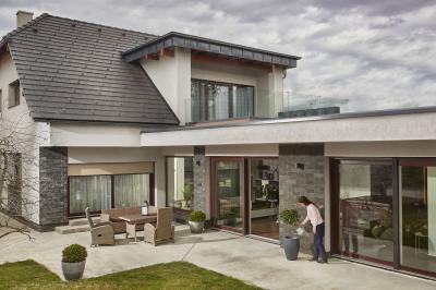 Tágas lakóház, modern tetőcserép - tető ötlet, modern stílusban