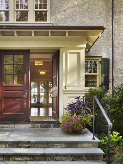 Szélfogó duplaszárnyas ajtóval - bejárat ötlet, klasszikus stílusban