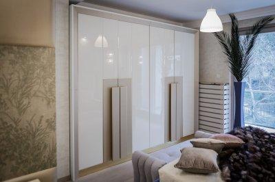 Gardróbszekrény üveg ajtókkal - háló ötlet, modern stílusban