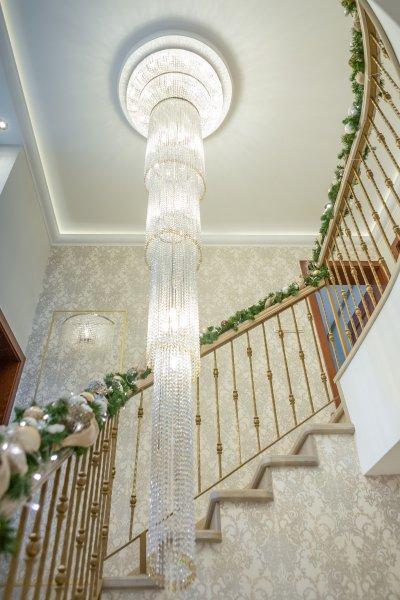 Monumentális kristálycsillár - előszoba ötlet, klasszikus stílusban
