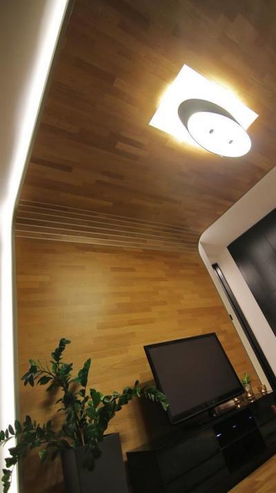 Parketta burkolat a falon - nappali ötlet, modern stílusban