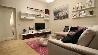 Világos színű készparketta a nappaliban - nappali ötlet, modern stílusban