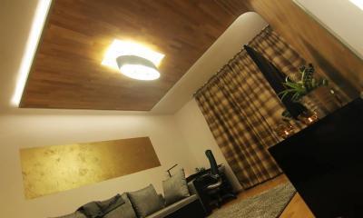 Készparketta a mennyezeten - nappali ötlet, modern stílusban