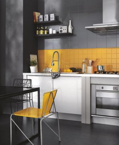 Sárga szürke burkolat a konyhában - konyha / étkező ötlet, modern stílusban