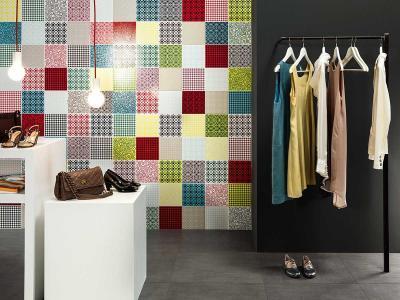 Színes csempe a falon - nappali ötlet, modern stílusban