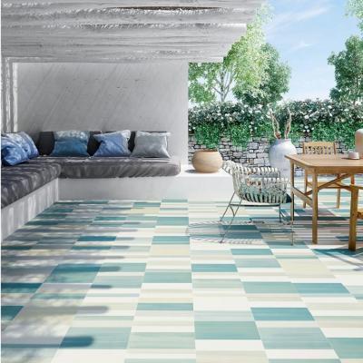 Kék fehér burkolat a teraszon - erkély / terasz ötlet