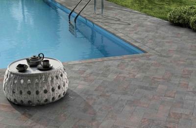 Látványos burkolat a medence körül - erkély / terasz ötlet