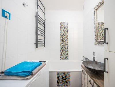 Fürdőszoba színes mozaikkal - fürdő / WC ötlet, modern stílusban