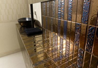 Óarany színű hidegburkolat - fürdő / WC ötlet, modern stílusban